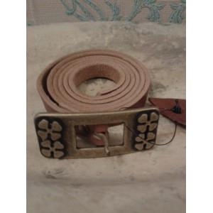 cinturón fino piel grabada marrón hebilla cobre